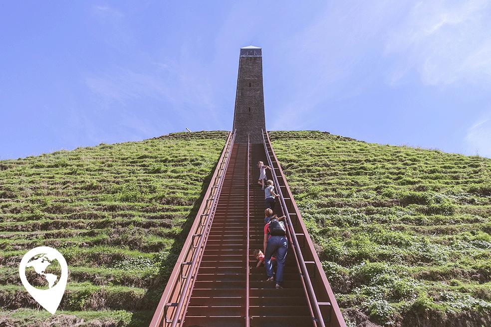 Pyramide-van-Austerlitz-beklimmen-met-kinderen