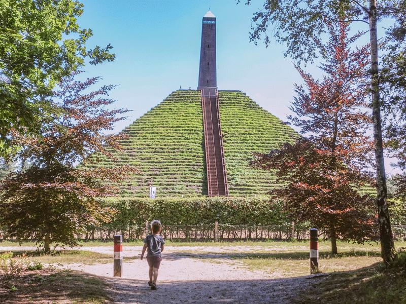 Pyramide van Asuterlitz met kinderen