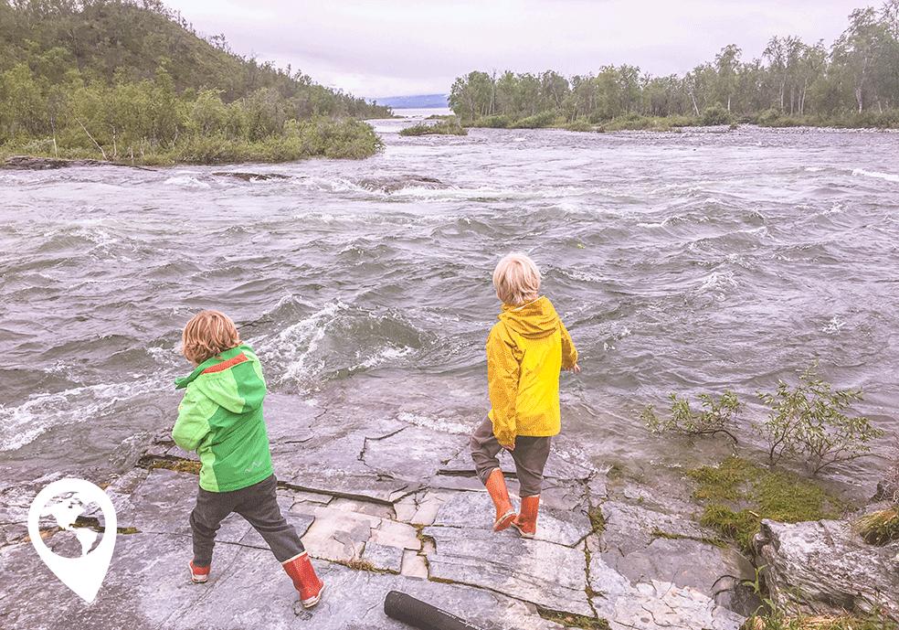 Wildkamperen met kinderen woeste rivier