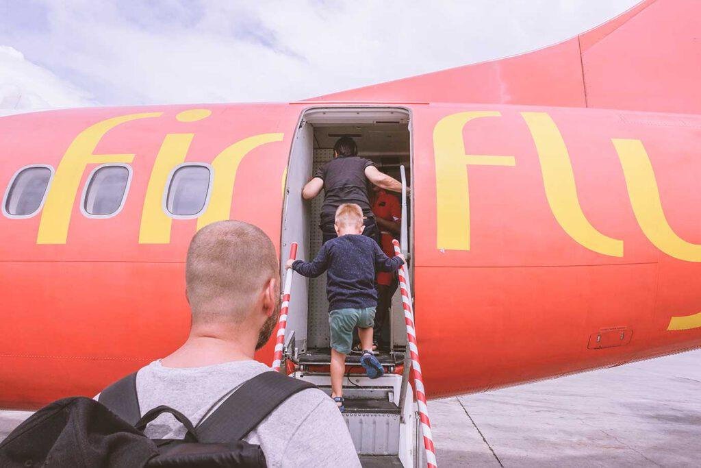 Alles wat je moet weten over vliegen met een baby, dreumes of peuter
