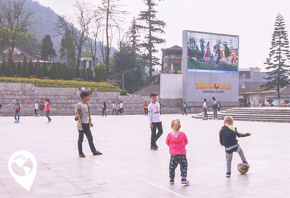 sapa-met-kinderen-pleintje-voetballen