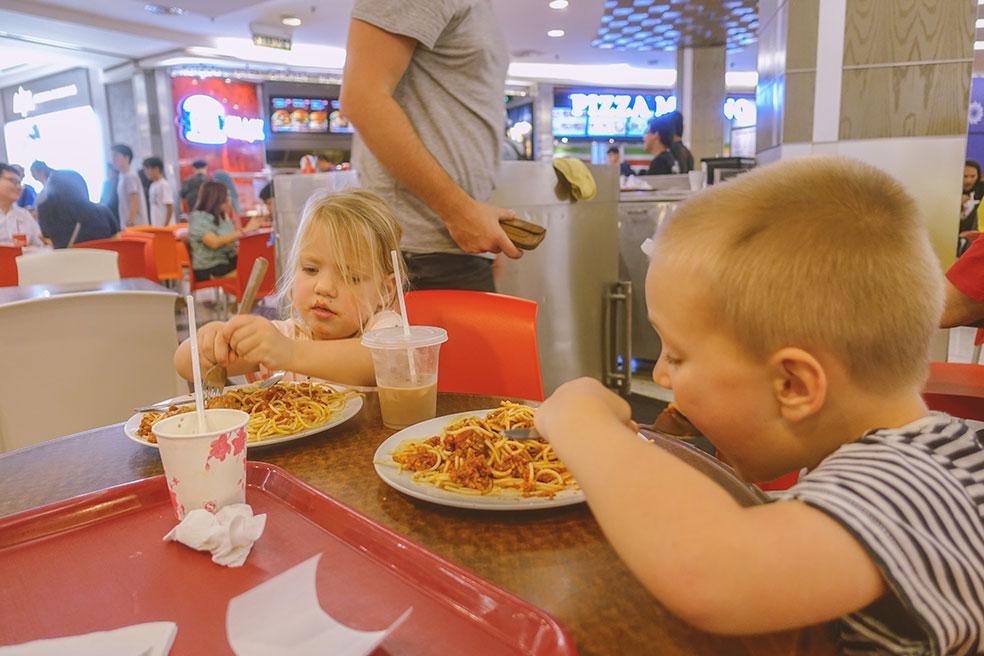 Kuala Lumpur met kinderen - eten bij een foodcourt
